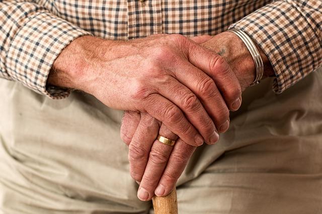 Hands 981400 640 (1)